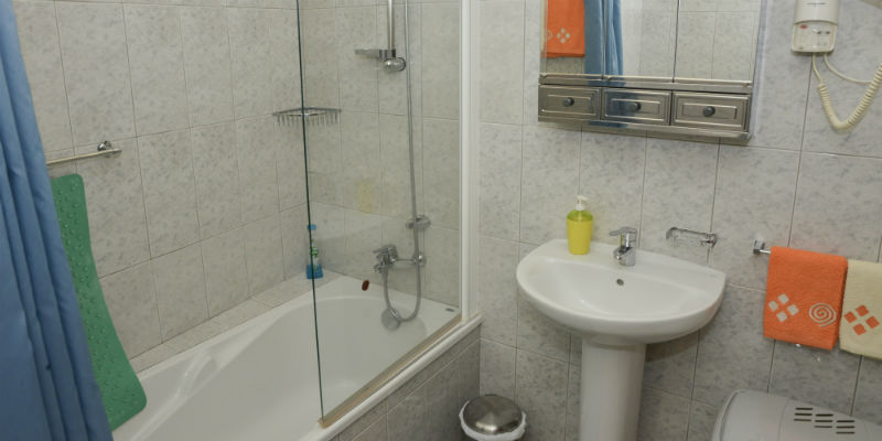Bathroom - Bathtub and towels included